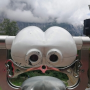 guardare alla montagna con il binocolo
